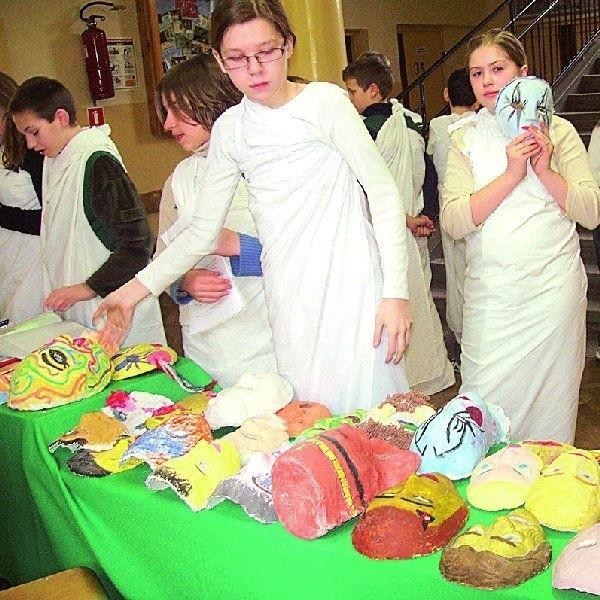 W szkolnym holu prezentowano maski, które wykonali  piątoklasiści z Zespołu Szkół nr 2 w Szubinie.