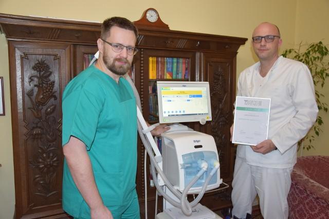 Lekarze z Białej - od lewej dr Wojciech Skowron i dr Sebastian Stankala. Z nowym respiratorem.