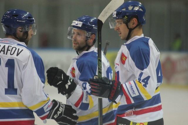 Jarmo Jokila (w środku) był bardzo skuteczny w meczu z torunianami