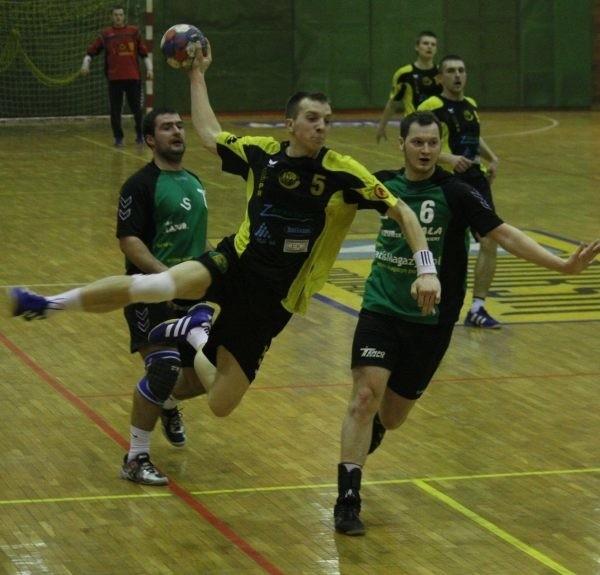 Artur Pietrucha (z piłką) miał kłopoty, ale rzucił siedem bramek.