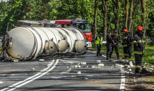 Droga krajowa nr 10 na odcinku Stryszek- Makowiska jest zablokowana. Przewróciła się tam cysterna z mlekiem. Policja przewiduje, że utrudnienia mogą potrwać przynajmniej do godz. 14.Aktualizacja, godz. 15.15. Cysterna z wylanym mlekiem nadal blokuje drogę krajową nr 10. - Dalej obowiązują objazdy, o których wcześniej informowaliśmy - podaje Lidia Kowalska z zespoły prasowego KWP w Bydgoszczy. Niestety policja nie jest w stanie podać, jak długo jeszcze potrwa zbieranie cysterny z rowu i z jezdni. - na pewno będzie to więcej niż godzina. Ze wstępnych ustaleń policjantów wynika, że kierujący jechał z prędkością uniemożliwiającą panowanie nad pojazdem. - Zjechał na pobocze i wówczas odczepiła się naczepa z cysterną, po czym przewróciła się do rowu - relacjonuje Lidia Kowalska. - Kierujący pojazdem był trzeźwy.jako, że nikomu nic się nie stało, zdarzenie zostało zakwalifikowane jako kolizja.Jak podaje policja droga krajowa nr 10 na odcinku Stryszek- Makowiska jest zablokowana. - Przewróciła się tam cysterna - poddaje podkom. Lidia Kowalska z zespoły prasowego KWP w Bydgoszczy. - Przewidywany czas utrudnień to 2 godziny. Przygotowane zostały objazdy dla trasy Szczecin - Warszawa w obie strony przez Bydgoszcz: * w kierunku Warszawy na węźle w Stryszku zjazd na Bydgoszcz, * w kierunku Szczecina zjazd na Bydgoszcz w Makowiskach. Na miejscu są bydgoscy strażacy.- Zgłoszenie, że przewróciła się cysterna z mlekiem dostaliśmy o godz. 11.40 - podaje dyżurny. - Cysterna wyhaczyła się z ciągnika siodłowego. Przewróciła się na jezdnię. Teraz wylewa się z niej mleko.Jak zaznaczają strażacy, nie ma osób poszkodowanych.My apelujemy do kierowców o cierpliwość, bo w mieście mogą dzisiejszego popołudnia być poważne utrudnienia.Pogoda na najbliższe dni: