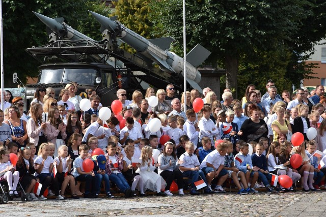 Kilkaset osób wzięło udział 2 września w obchodach 80. rocznicy wybuchu II wojny światowej. Uroczystości były połączone z inauguracją roku szkolnego. Zaczęły się od mszy w intencji Ojczyzny w kościele Chrystusa Króla. Główna część obchodów miała miejsce na placu pchor. Tadeusza Starca. Odbył się tutaj m.in. apel poległych w asyście 35. Dywizjonu Rakietowego Obrony Powietrznej. Dobiegniew to wyjątkowe miejsce na mapie pomników historii. W czasie II wojny światowej był tu niemiecki obóz jeniecki dla oficerów Wojska Polskiego i ich ordynansów. Na około 25 ha, w barakach, przetrzymywanych było niemal 7 tys. jeńców. sławiony Oflag IIC Woldenberg to dziś muzeum obozowe. GL miała patronat nad uroczystościami. Zapraszamy do obejrzenia obszernej fotorelacji z obchodów.