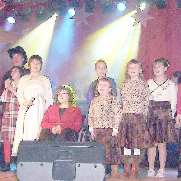 """Uczestnicy rozpoczęli festiwal wspólnym odśpiewaniem hymnu """"Duże Różowe Słońce"""""""