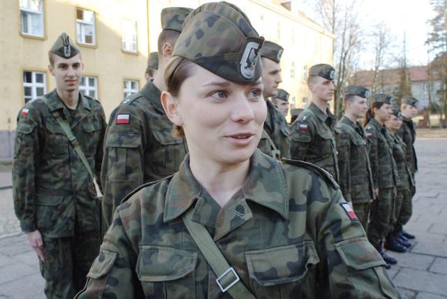 Katarzyna Duśko z Rosnowa jest jedną z 35 kobiet, które szkolą się w Centrum Szkolenia Sił Powietrznych w Koszalinie. Za trzy miesiące skończy szkolenie i rozpocznie służbę w randze kaprala.