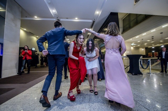Trwają studniówki 2020. W ostatnią sobotę stycznia odbyła się studniówka XI LO w Poznaniu. Uczniowie klas maturalnych bawili się w hotelu Andersia. Na miejscu był nasz fotoreporter. Przejdź dalej i zobacz zdjęcia --->