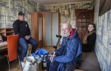 Poprosił Tomka o bułkę, a ten znalazł mu mieszkanie. Historia pomocy bezdomnemu wzrusza i daje nadzieję [VIDEO]