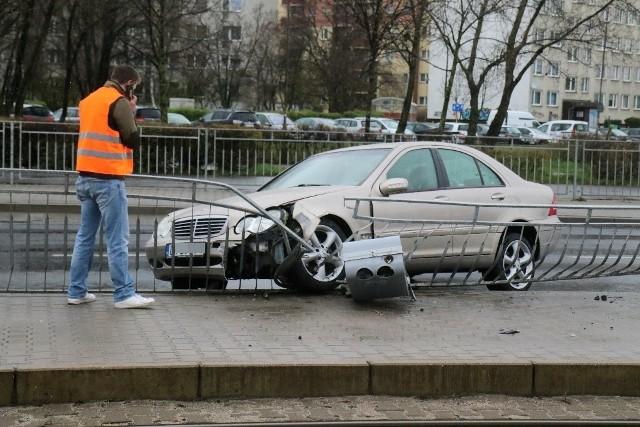 Kierowca mercedesa jadącego w stronę centrum miasta, na śliskiej nawierzchni stracił panowanie nad pojazdem, wpadł w poślizg i z impetem uderzył metalowe ogrodzenie oddzielające jezdnię od przystanku tramwajowego