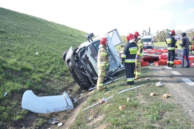 W czwartek rano na obwodnicy Śremu kierowca samochodu dostawczego stracił panowanie nad kierownicą i uderzył w nasyp, a następnie przewrócił się do rowu. Przewożone przez niego wędliny wysypały się na jezdnię. Zobacz więcej ---->