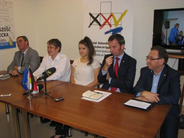 W konferencji w siedzibie TSKN uczestniczyli od lewej: Bernard Gaida, lider VdG, Damian Kleszcz, Ewa Suchińska, Rafał Bartek, przewodniczący zarządu TSKN oraz Ryszard Galla, poseł MN na Sejm RP.