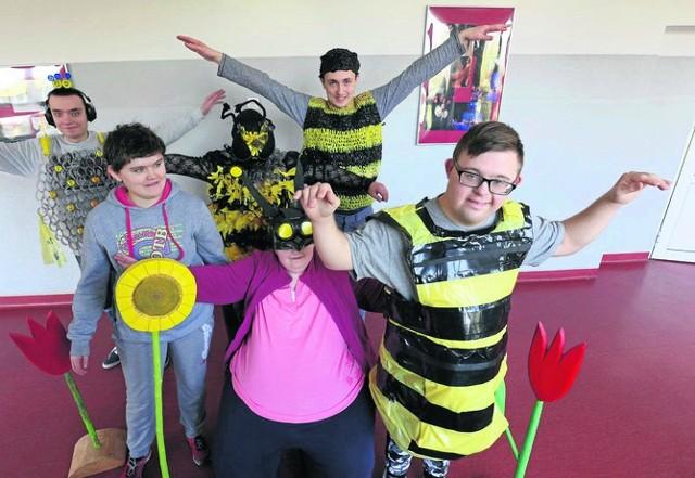Uczniowie klasy II e wczoraj przygotowywali stroje na piątkowy eko-bal. Za najlepsze przebranie pszczoły będzie nagroda