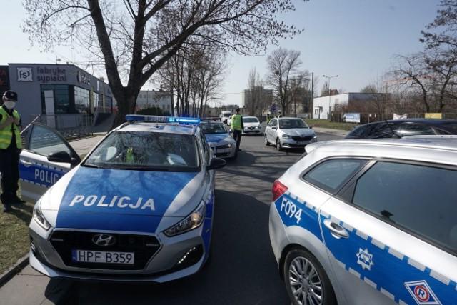 Nadal trwają kontrole policyjne przy Centrum Handlowym Tulipan. Wjazd od strony Piłsudskiego, o czym pisaliśmy wcześniej jest obstawiony przez policję. Jak się okazuje od strony ul. Wydawniczej też przeprowadzane są kontrole. ZOBACZCIE NAJNOWSZE ZDJĘCIAWIĘCEJ O KONTROLACH W TYM MIEJSCU CZYTAJ TUTAJ - KLIKNIJ