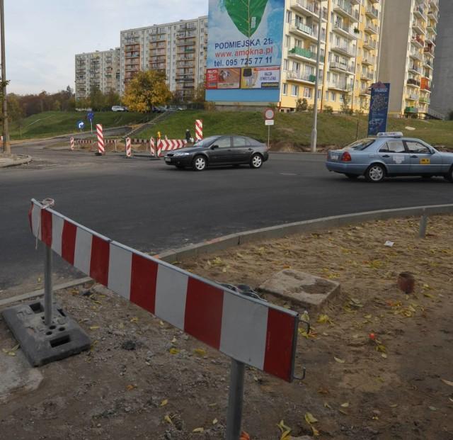 Tak wyglądała w piątek odremontowana krzyżówka Staszica - Fredry: czarny asfalt, żadnych pasów, późnym popołudniem przejechały tędy pierwsze samochody