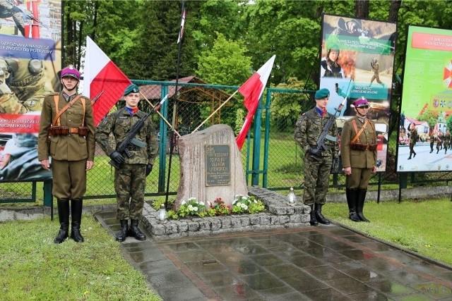Liturgią w cerkwi garnizonowej, a później mszą w kościele przy Kawaleryjskiej w intencji poległych i zmarłych oficerów, podoficerów, ułanów i członków ich rodzin rozpoczęły się obchody 95. rocznicy ustanowienia 10. Pułku Ułanów Litewskich.
