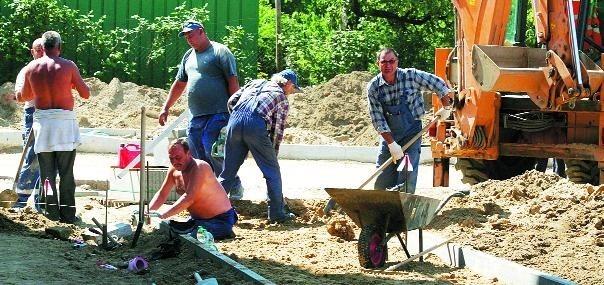 W tej chwili na rondzie przygotowywany jest podkład pod warstwy wierzchnie i asfalt.