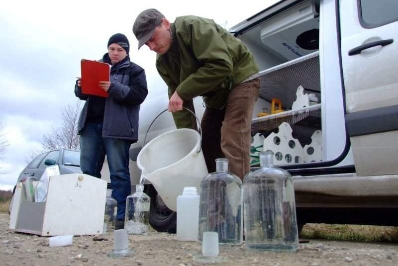 Inspektorzy WIOŚ przebadali już wodę z rzeki, w której padły ryby.