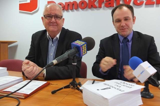 Wedle Lucjusza Bilika i Tomasza Garbowskiego  (z prawej) SLD sprzedając akcje ECO, miasto może w ten sposób stracić dostęp do taniego ciepła, wpływy z podatków a także wysoką dywidendę.