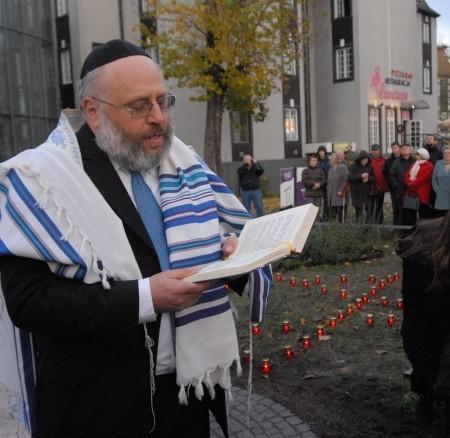 Nie tylko rabin Walther Rotschild modlił się, śpiewał i złożył kwiaty przy pamiątkowym obelisku