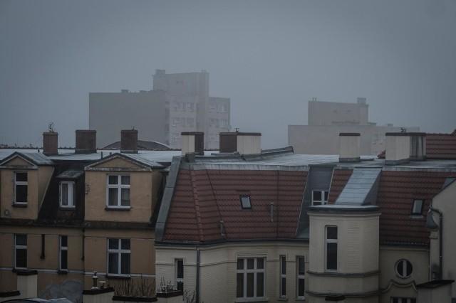"""Po raz kolejny smog spowił stolicę Wielkopolski. W Poznaniu bardzo źle się oddycha. Służby apelują, by bez konieczności nie wychodzić z domu na spacery, a zwłaszcza, by osoby starsze, schorowane, kobiety w ciąży i dzieci nie przebywały na """"świeżym powietrzu""""."""