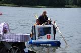 Zawody w pływaniu na byle czym na jeziorze Tuchom. Gdyński trolejbus zdobył 2 miejsce. Nagrodę przeznaczono na pomoc chorej dziewczynce