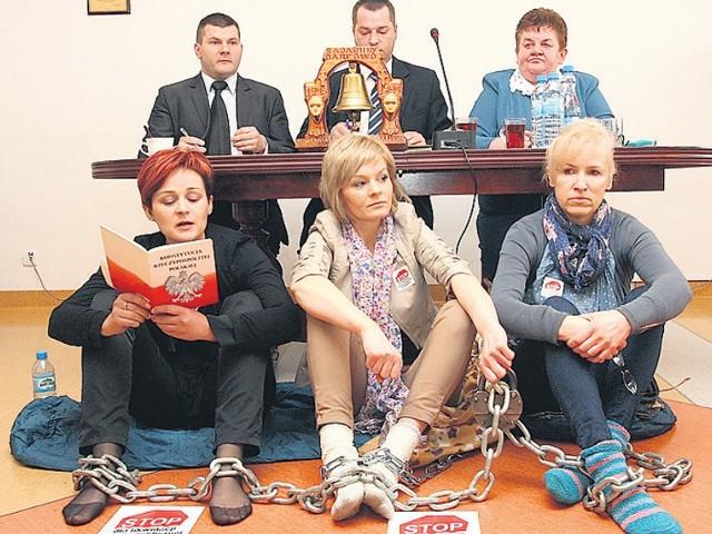 Głodówka matek rozpoczęła się w trakcie sesji rady gminy Darłowo.