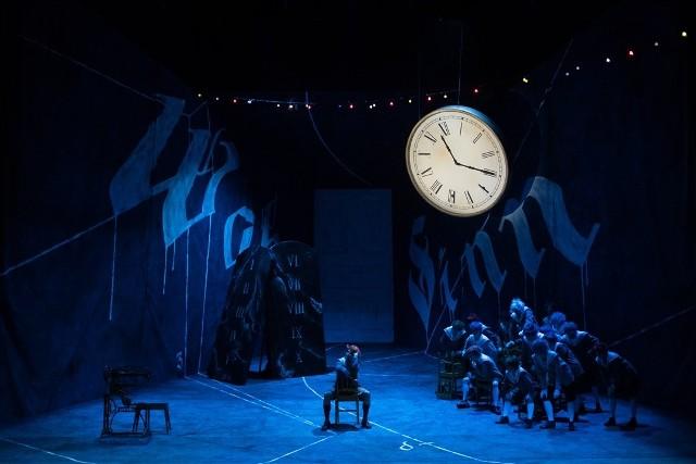 Biuro prasowe poznańskiego teatru informuje, że bilety na sztukę można zwracać w kasie teatru do 31 stycznia lub wymienić na bilety na spektakl, który odbędzie się 26 stycznia.