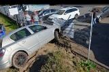 Gaj. Samochód uderzył w ogrodzenie stacji paliw i uszkodził 3 inne auta. Kierowca i pasażerki uciekły do lasu. 6.06.2021