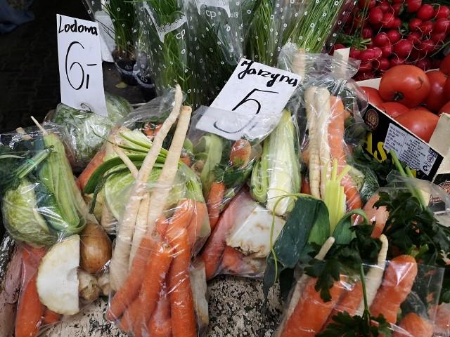 Zobacz w naszej galerii przykładowe ceny za owoce i warzywa, które w ostatnich miesiącach otrzymywali rolnicy z woj. kujawsko-pomorskiego wraz z przykładami cen za te towary w niektórych sklepach.Aby przejść dalej, przesuń zdjęcie gestem lub naciśnij strzałkę w prawo.