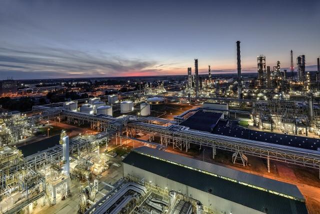 Dicyklopentadien (DCPD) to płynny węglowodór powstający podczas rafinacji i krakingu ropy naftowej oraz oleju.