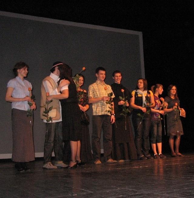 Koło Teatralne II Liceum Ogólnokształcącego imienia Marii Konopnickiej w Radomiu na scenie radomskiego teatru.