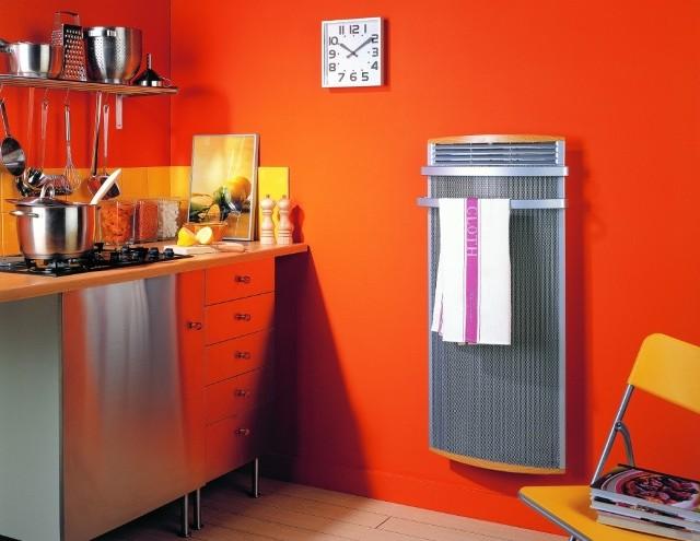 Grzejnik kuchenny z uchwytami do suszeniaGrzejnik elektryczny z uchwytami nadaje się do suszenia ręczników i kuchennych szmatek.