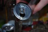 Tym grozi picie energetyków. Dzieci i młodzież powinny otrzymać zakaz kupowania tych napojów?