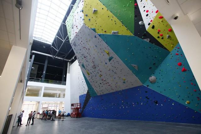 W Zatoce Sportu można już korzystać ze ścianki wspinaczkowej. Jest jedną z największych ścianek w Polsce