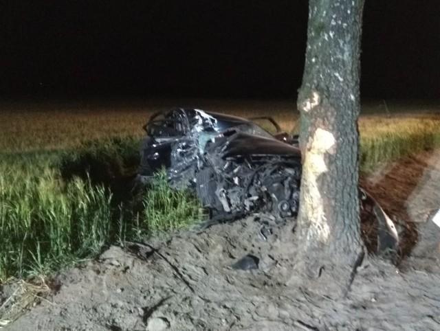 O wielkim szczęściu może mówić kierowca audi, który we wtorkową noc nie dostosował prędkości do warunków drogowy i uderzył w drzewo.
