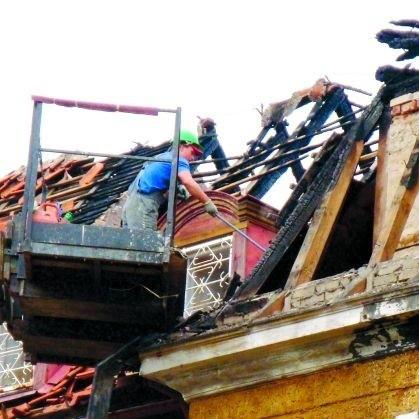 Wczoraj pracownicy budowlani usuwali ze spalonego strychu nadpalone krokwie i popękane dachówki