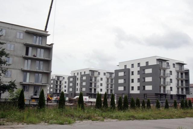 Knurów. Budowa osiedla aleja Lipowa. Zdjęcia z 21 lipca 2020 r.Zobacz kolejne zdjęcia. Przesuwaj zdjęcia w prawo - naciśnij strzałkę lub przycisk NASTĘPNE
