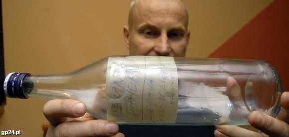 Andrzej Bogdanowicz z butelką, którą do morza 9 lat temu wrzucił Łotysz.
