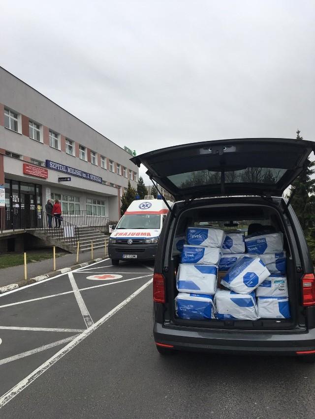 1000 kombinezonów oraz 7000 sztuk rękawiczek, dzięki Volkswagen Poznań, trafiło do lekarzy i ratowników ze szpitala na Szwajcarskiej.