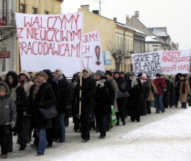 W 2009 roku, przed świętami Bożego Narodzenia pracownicy opatowskiej szwalni Collar Textil protestowali na ulicach miasta. Domagali się wypłaty zaległych pensji.