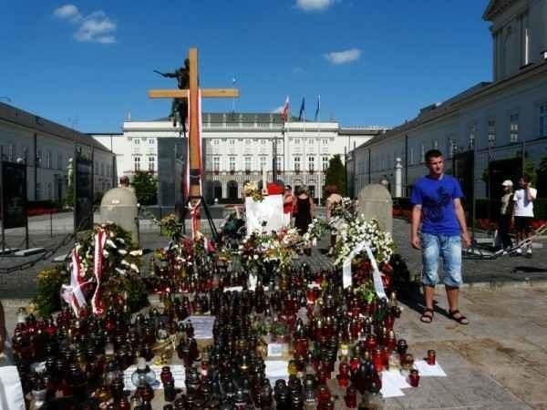 Swoją obecność przed Pałacem Prezydenckim zapowiadają dziś obrońcy i przeciwnicy krzyża.