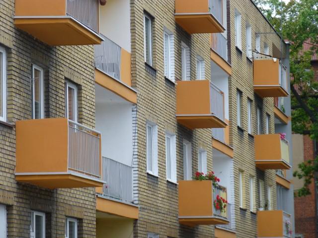Blok mieszkalnyPo dzisiejszej obniżce stóp procentowych o 25 punktów bazowych referencyjna stopa procentowa Narodowego Banku Polskiego wynosić będzie 2,75 proc.