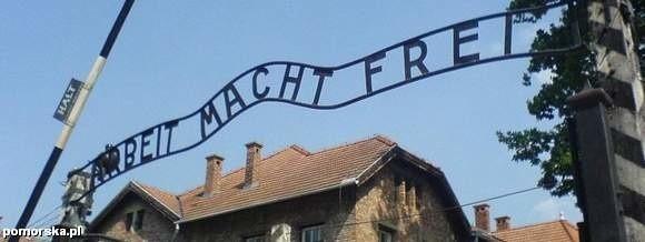 """Napis """"Arbeit macht frei"""" w Auschwitz."""