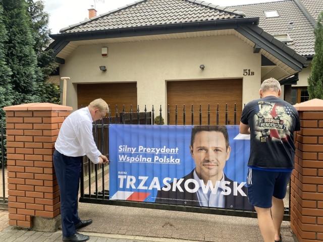 Jedno ze zdjęć, które dostaliśmy od Rafała Rudnickiego. Prezydent Tadeusz Truskolaski wraz z jednym z mieszkańców wiesza plakat Rafała Trzaskowskiego.