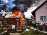 Groźny pożar w Kożuchowie. Paliły się budynki gospodarcze. Ogień buchał blisko domu