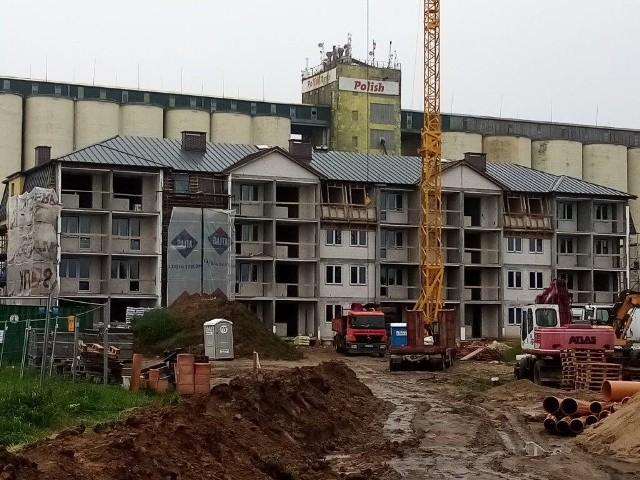 - Cała inwestycja ma kosztować około 17 milionów złotych, przy czym korzystamy z dużego wsparcia Banku Gospodarstwa Krajowego. Drugi z planowanych budynków będziemy budować po zakończeniu pierwszego. Tam także zamieszka 36 rodzin - mówi Andrzej Cyranowicz, prezes Gminnego Towarzystwa Budownictwa Społecznego w Jezierzycach.