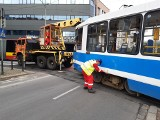Wrocław. Wykoleił się tramwaj na skrzyżowaniu ul. Kazimierza Wielkiego i św. Mikołaja [ZDJĘCIA]