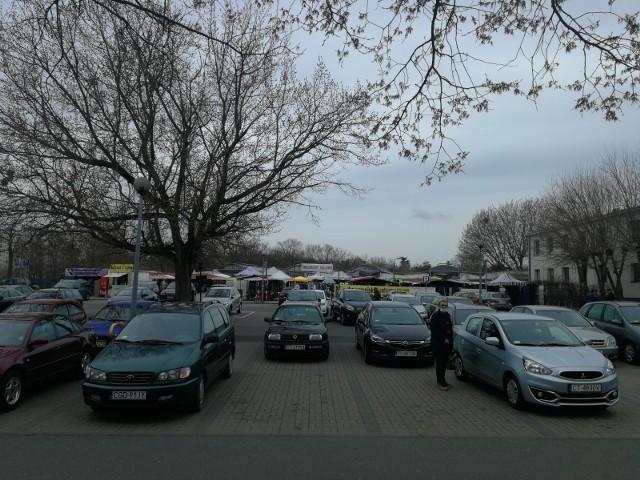 Dwukondygnacyjny parking z 260 miejscami miałby stanąć w miejscu obecnego parkingu głównego przed targowiskiem
