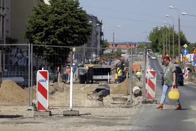 Modernizacja sieci torowisk tramwajowych w Grudziądzu. Najbardziej zaawansowane prace są na wysokości osiedla Rządz. Na ul. Toruńskiej wciąż wykonywane są instalacje podziemne. Wciąż rozkopana jest ulica Chełmińska.
