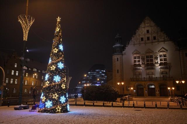 Na poznańskim placu Mickiewicza rozbłysła choinka. Niespodziewany śnieg i prawdziwa zimowa aura sprawiły, że zapanował tam iście świąteczny nastrój. Poznaniacy już się nim cieszą, choć do świąt jeszcze sporo czasu. Zobacz zdjęcia ---->