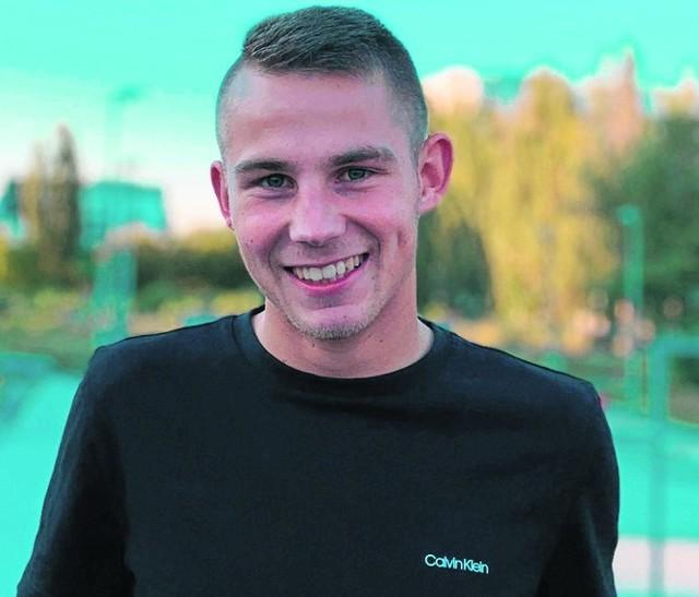 Fabian Nowak urodził się w Limanowej, ale od dziecka mieszka w Słopnicach. Z bratem-bliźniakiem Patrykiem gra w miejscowym Sokole