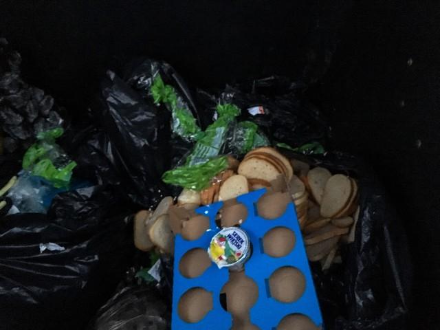 W pojemniku na odpady, który znajduje się na jachcicach, znaleźliśmy kromki chleba. Niektórzy uważają, że tak być nie powinno.